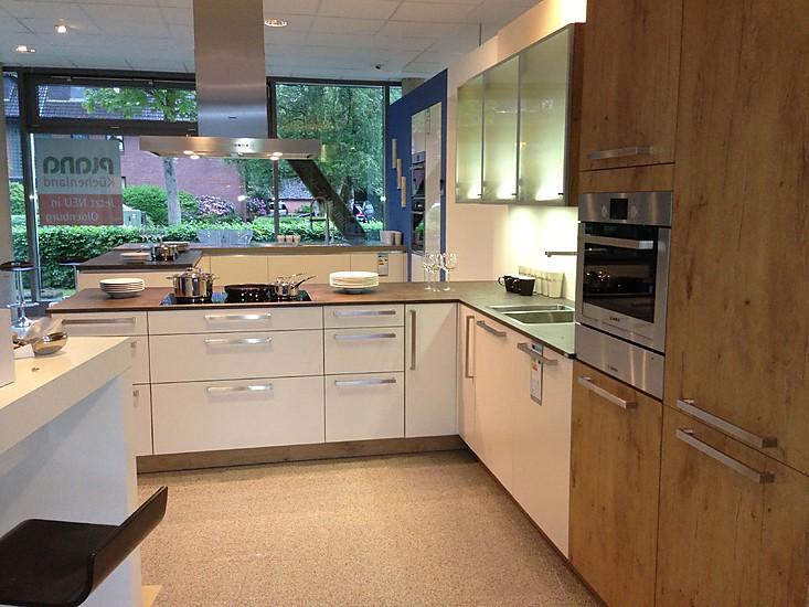 L-Küche-mit-sitzgelegenheit-mit-unterschiedlichen-fronten-aus-holz-und-in-weiß